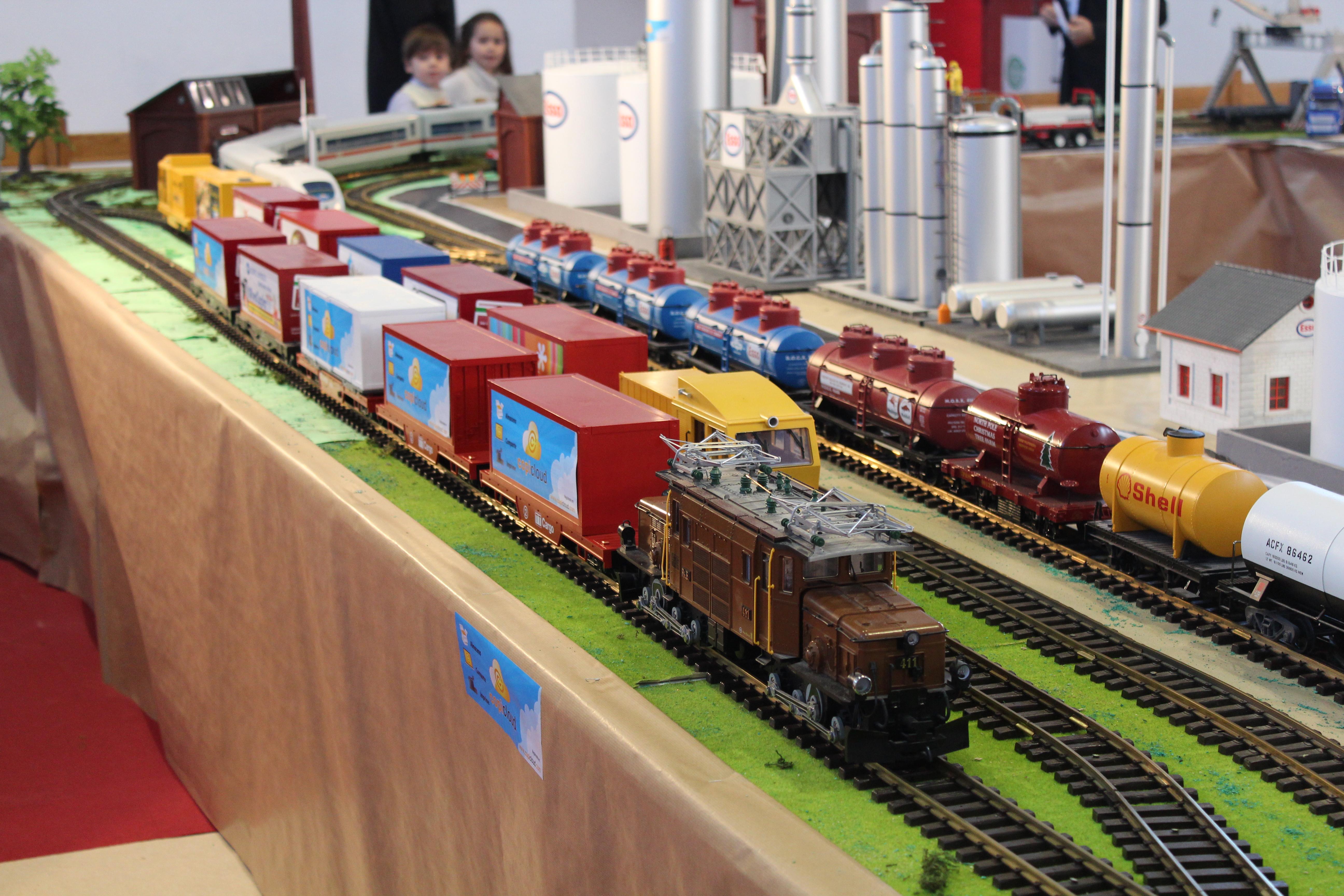 Trenes de contenedores y refinería