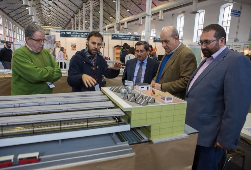 Explicando la Tercera Vía a las autoridades en la visita inaugural de la Feria. Fuente: ideal.es